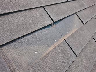 屋根材が横割れして一部なくなっておりました