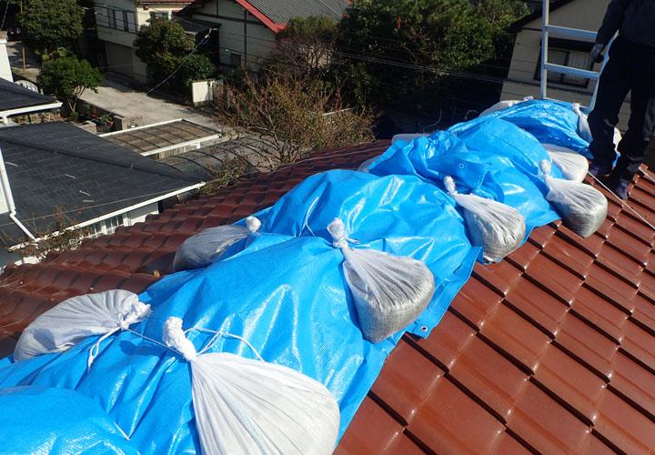 令和元年房総半島台風によって棟瓦が半分倒壊し養生されていました