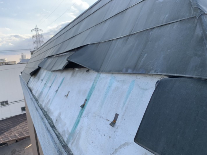 金属屋根材の剥がれ