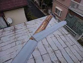 棟板金が剥がれている