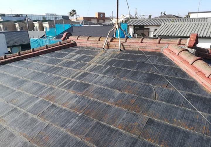 色褪せて藻の発生したスレート屋根