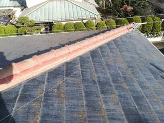 色褪せて藻が発生しているスレート屋根
