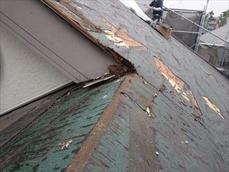 屋根が入り組んだ部分に雨漏りがあります