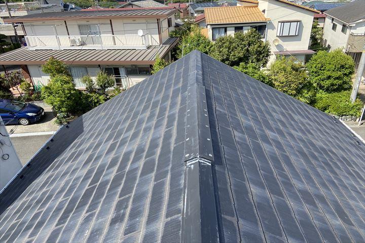 塗装が劣化し、屋根材が変色しています