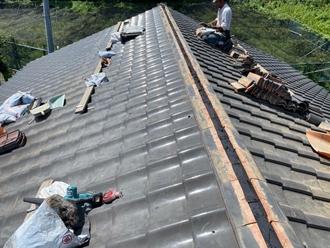 棟瓦積み直し工事 熨斗瓦とを設置し漆喰を詰める