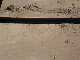 雨漏りの原因となる、瓦桟に溜まった土やホコリ