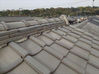 漆喰の劣化が目立つ瓦屋根の棟