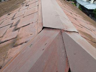 棟板金が浮いて発生した屋根との隙間