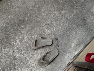 ベランダの床に発生したひび割れ