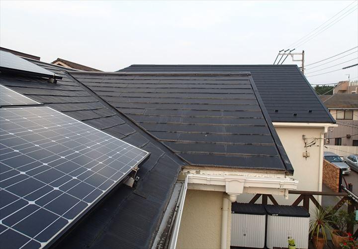 太陽光パネルの設置されたスレート屋根