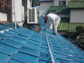 現地調査では可能な限り屋根に上って確認します