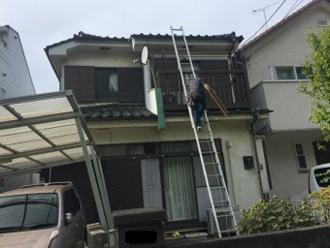 現地調査ではしごを使って屋根に上る