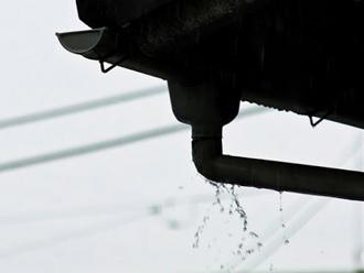 雨樋から雨水がオーバーフローしている