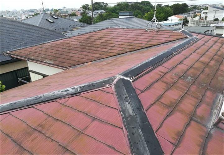 塗膜が劣化して苔や藻が繁殖したスレート屋根