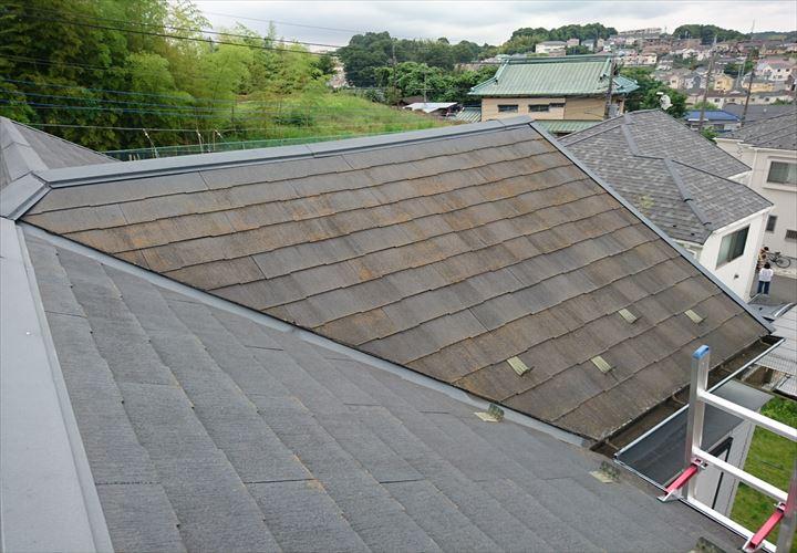 藻が繁殖したスレート屋根