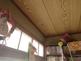 雨漏りして天井に穴が空いています