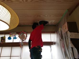 穴が空いた天井を広げて確認出来る様にします