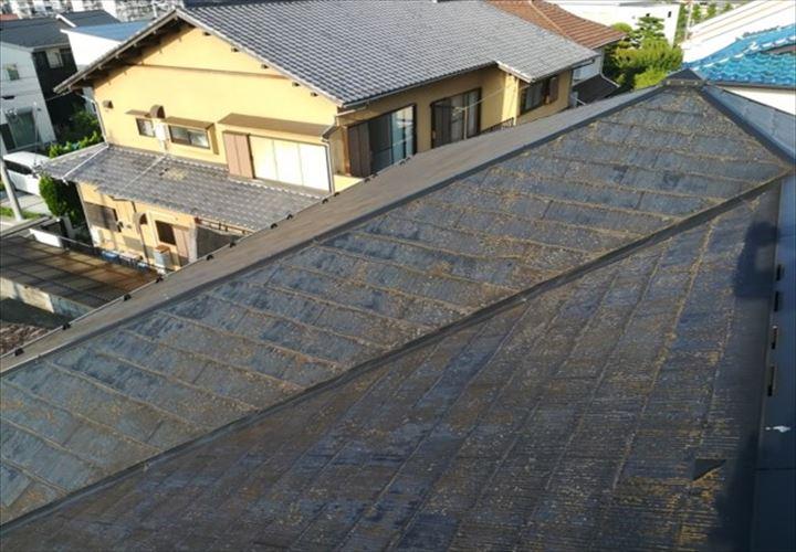 塗膜が劣化して色褪せてしまったスレート屋根