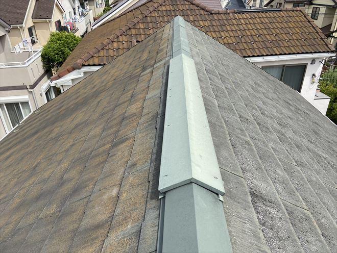 屋根面の向きによって汚れ方が違います