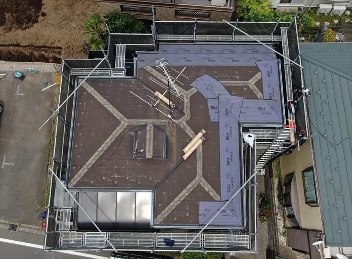 屋根カバー工事中に棟板金を撤去します
