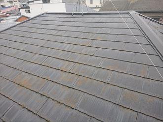 屋根表面の塗膜が劣化し苔が繁殖したスレート