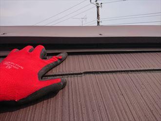 屋根材との隙間が空いた棟板金