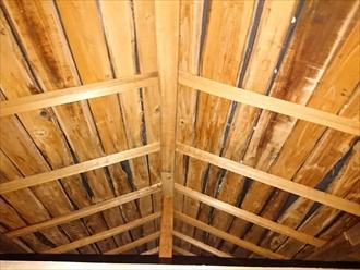 屋根裏を見ると、痩せ細ったバラ板が確認できます
