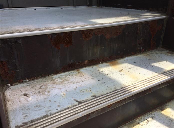 階段踏面にウレタン防水層が劣化