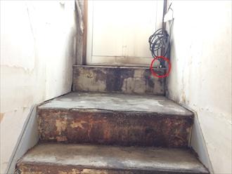 扉を内側から見ると怪しい隙間