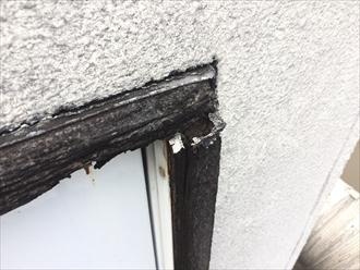 腐食した木材の隙間から雨漏り発生