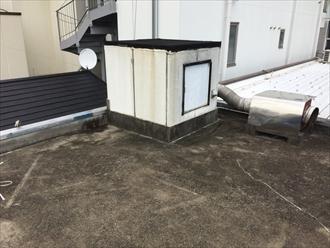 屋上に突き出した塔屋が雨漏りに絡んでそう