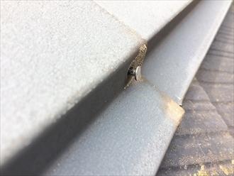 棟板金を固定している釘が抜け始めている