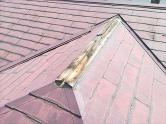 棟板金が飛散してしまった屋根の様子
