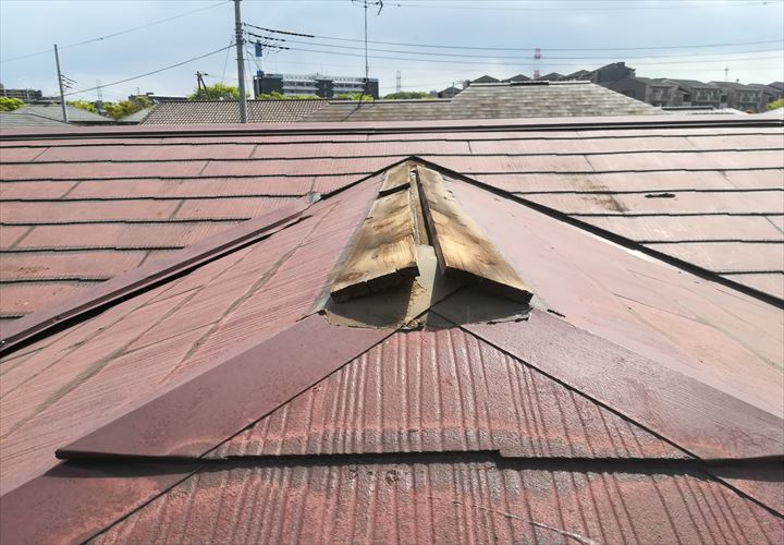 棟板金が飛散して露出した貫板