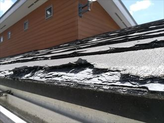 層間剝離が著しいパミールの屋根表面