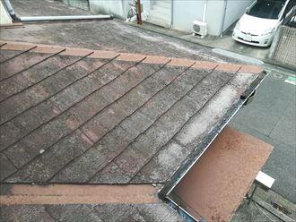 塗膜が劣化し素地の見えてしまったスレート屋根