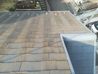 塗膜が劣化して苔の目立つスレート屋根