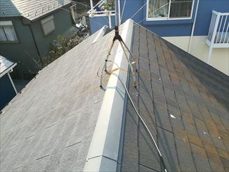 色褪せしたスレート屋根の全体