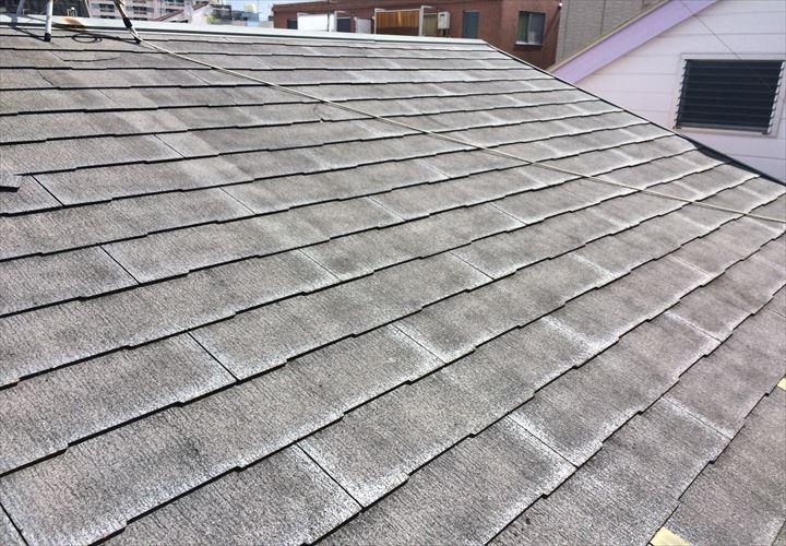 亀裂やひび割れの目立つスレート屋根