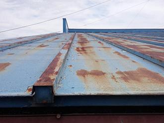瓦棒葺き屋根に使われる金属屋根材