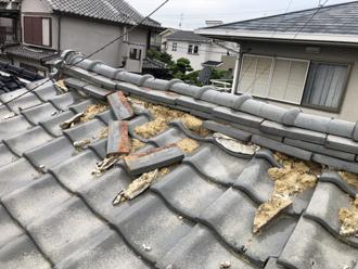 地震で倒壊した棟瓦