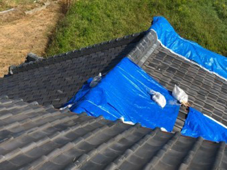 台風被害を受けた箇所をブルーシートで養生