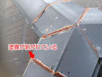 棟板金の塗装が剥がれている