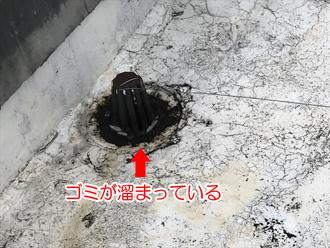 バルコニーの排水口にゴミが溜まっている