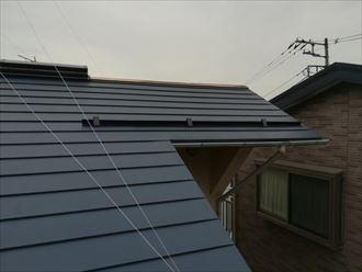 棟板金が飛散してしまった屋根