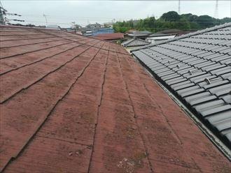 表面の塗膜が劣化して苔やカビが繁殖したスレート屋根