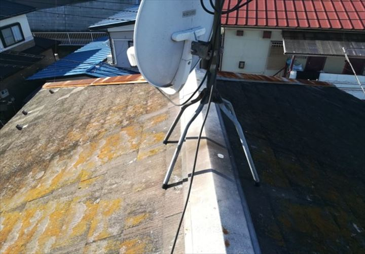 塗膜が劣化し屋根材自体の傷みも激しいスレート屋根