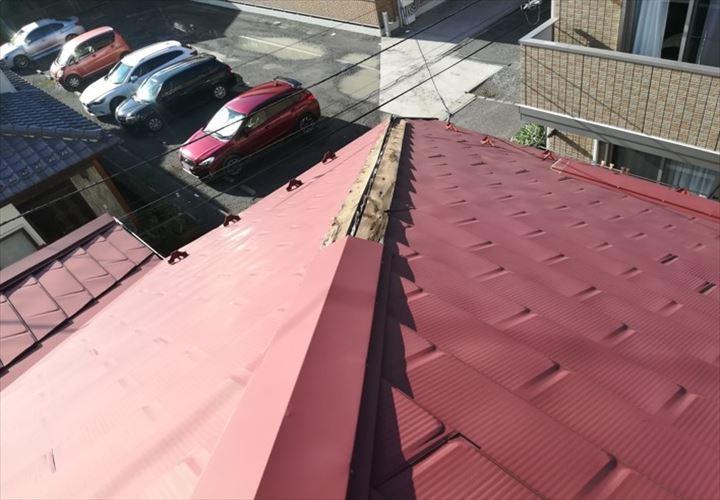 隅棟の棟板金が飛散してしまった屋根