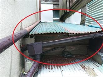 雨漏りしているトタン屋根