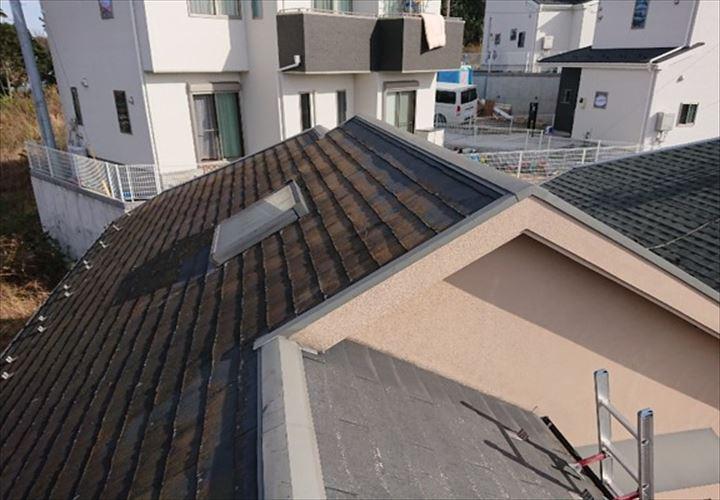 北側の面に苔の発生したパミール屋根